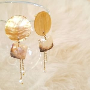 ARETE Mother of Pearl/Shell Stud Earrings